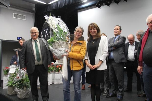 Remise du prix développement durable par le maire et l'adjointe à l'environnement