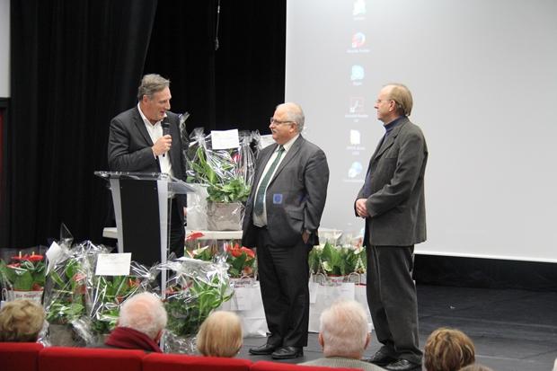 Monsieur Gainot avec le micro aux côtés du maire et Bernard Cazals de l'association Place aux jardins