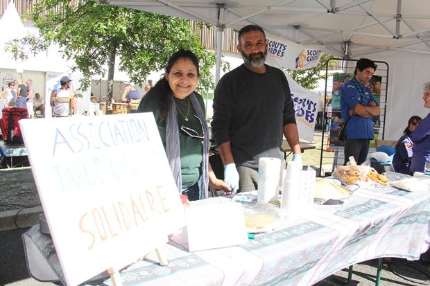 Amina Mallard devant la Table citoyenne et solidaire