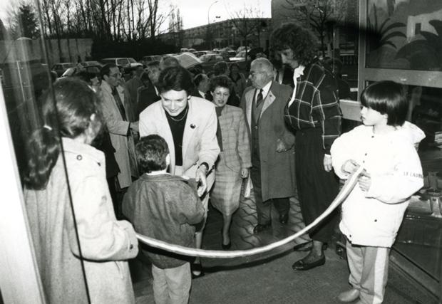 Catherine Lalumière, alors députée de la Gironde, inaugure la Maison de la petite Enfance et de la famille Françoise Dolto. Accueillie par René Bonnac, le Maire de Cenon et son Adjointe Monique Balestibaud