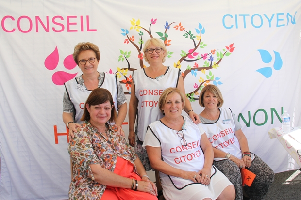 Des membres du conseil citoyen du haut Cenon tiennent un stand d'infos lors de la Fête de la Marègue, en compagnie de Brigitte Nabet