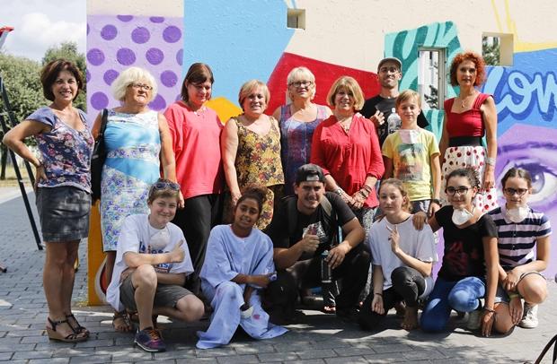 Artistes, collégien.ne.s, conseil citoyen, prof devant la fresque de l'abri devant le collège Jean Zay