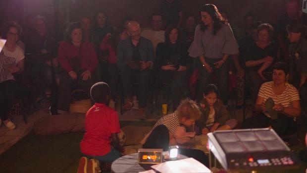 Un moment suspendu : des habitants écoutent les mots et les sons d'Elsa Gribinski et de Mathias Pontevia