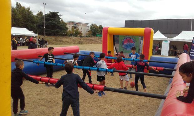 le baby foot géant a trouvé beaucoup de volontaires