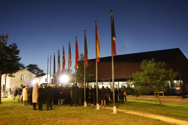 Devant le Rocher de Palmer la levée des couleurs de chaque pays des villes jumelles et partenaires, au son des hymnes nationaux chantés par les participants