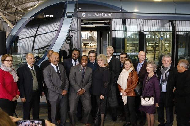 Plusieurs délégations réunies devant la rame du tramway baptisées Hartford