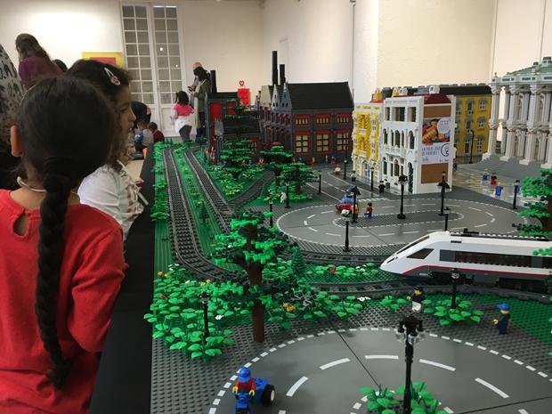 Tout une ville, ses quartiers, ses espaces verts, ses modes de transports en commun, etc. en LEGO !