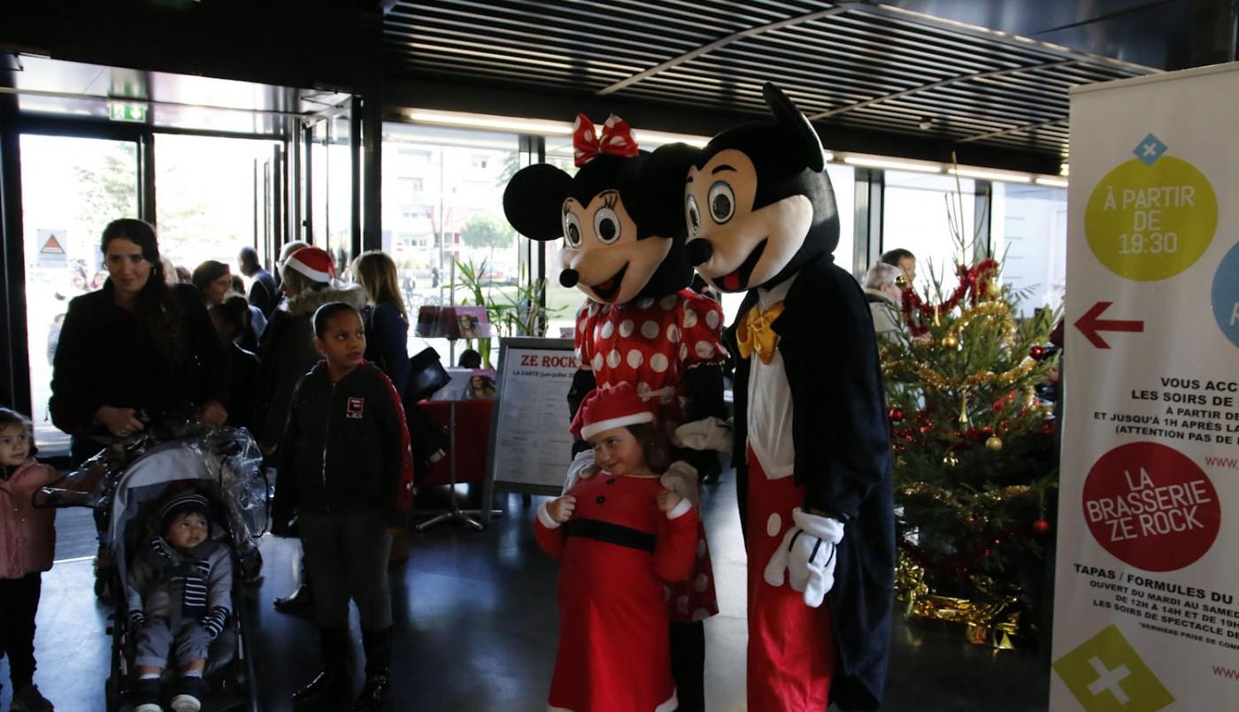Arbre de Noël solidaire du Rocher de Palmer avec Mickey, Minnie, le Père Noël et... 4 stagiaires